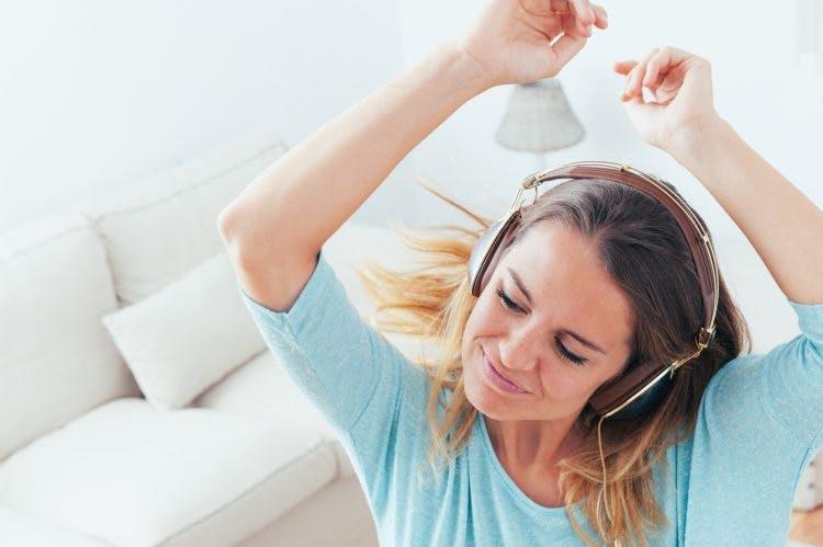 6 sposobów, w jakie muzykoterapia u pacjentów po udarze wspiera rehabilitację po udarze mózgu.