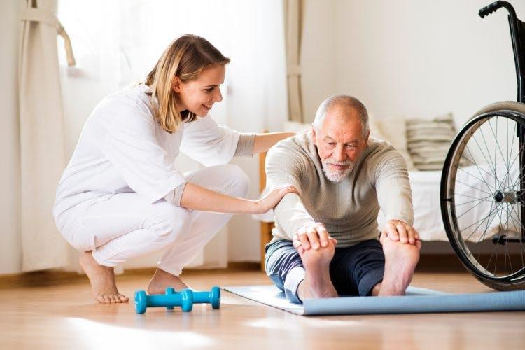 Ćwiczenia w rehabilitacji po udarze dostosowane do poziomu sprawności.